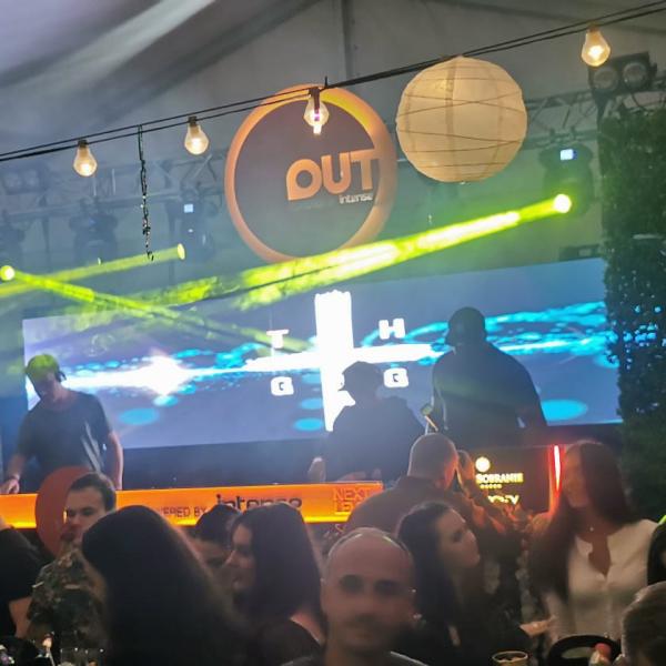 Reclame luminoase cluburi și pupitru DJ luminat