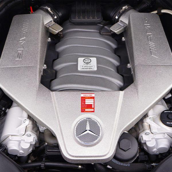 Etichetă schimb ulei pe motor